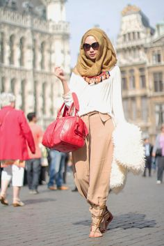 How to wear hijab in summers to stay cool? This is one of biggest worry every hijabi girl come across in summer season. Well, today outfit trends will be giving you a few basic tips to beat the heat. Islamic Fashion, Muslim Fashion, Modest Fashion, Fashion Outfits, Style Fashion, Stylish Outfits, Hijab Chic, Hijab Outfit, Ootd Hijab