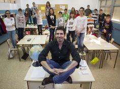 Los alumnos de César Bona casi no tocan los libros de texto y apenas tienen deberes. ¿Su método? Hacer que cada alumno se sienta importante.