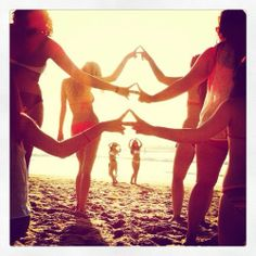 This picture is epic! Love this photo idea. Take some fun and unique photos with your sisters during vacations. #DDD