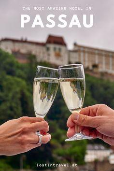 Einblicke in den legendären Aufenthalt in der Juniorsuite mit privaten Jacuzzi auf der Dachterrasse mit sagenhaften Ausblick. Jacuzzi, Best Hotels, Road Trips, White Wine, Alcoholic Drinks, Travel Photography, Glass, Passau, Around The Worlds