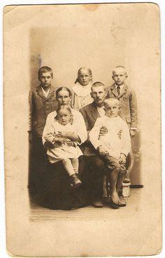 Korhosen perhe, Lapset Emmi, Lyyli, Viljo, vanhemmat Juho-Pekka ja Anna Lyydia Suomi Finland ~1920