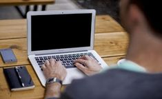 Abbiamo acquistato un bel Mac da piazzare in ufficio o sulla scrivania di casa per lavorare e per navigare su Internet ma, di punto in bianco, non ne vuole sapere di partire, con lo schermo del monitor che rimane nero e con mouse e tastiera che non danno nessun segno di vita.Prima di entrare nel panico (pensando anche a quanto costano i Mac e all'investimento fatto per averne uno in casa o in ufficio) possiamo tentare il ripristino dell'avvio del Mac in pochi e semplici passaggi applicabili…