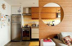 O painel de bambu reserva a cozinha sem ocultá-la no apartamento de 43 m² da arquiteta Fernanda Milani. Os móveis planejados têm nichos para eletrodomésticos