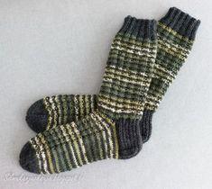 Minulla oli kerä vihreää seiskaveikka Polkka -lankaa ja tilaus miesten sukista. Yksistään kirjavasta langasta neulominen ei oikein houkut...