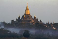 Myanmar-Ananda Tempel in the Morning Mist