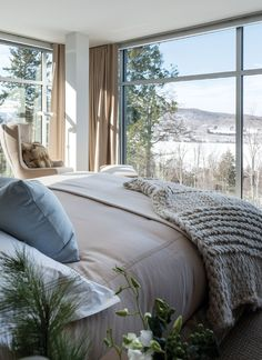 Home Tour: A Modern & Rustic Chalet In Mont Tremblant Rustic Bedroom Furniture, Bedroom Decor, Design Bedroom, Bedroom Ideas, Modern Rustic, Modern Decor, Lodge Bedroom, Design Studio, Trendy Bedroom