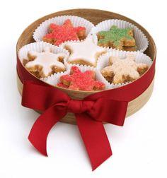 A receita é de Pati Piva Christmas Gifts For Adults, Handmade Christmas Gifts, Christmas Goodies, Christmas Desserts, Christmas Baking, Christmas Treats, Iced Cookies, Cake Cookies, Sugar Cookies