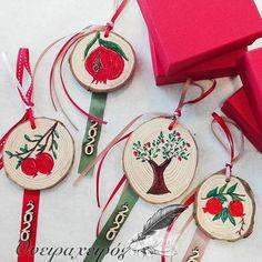 Διακοσμητικό Κρεμαστό γούρι ρόδι δώρο για χριστούγεννα , για νέο σπίτι ή επιχείρηση Christmas Crafts, Xmas, Christmas Ornaments, Handmade Felt, Craft Gifts, Pomegranate, Home Crafts, Preschool, Drop Earrings