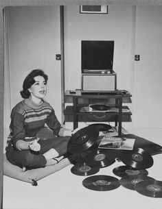 Natalie Wood, 1960s. Vintage photos of female starlets and musical icons chilling with their turntables