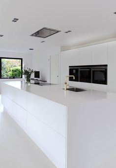 White dream of a kitchen! Clear lines, small details, huge space and minimalism makes this kitchen beautiful. White dream of a kitchen! Clear lines, small details, huge space and minimalism makes this kitchen beautiful. Best Kitchen Designs, Modern Kitchen Design, Interior Design Kitchen, Kitchen Ideas, Kitchen Decor, Huge Kitchen, Kitchen Inspiration, Kitchen Paint, Modern Interior