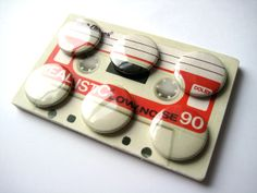 Cassette Badge Sets by Greig Anderson, via Behance. Como embalagem, é ótimo, mas os buttons não funcionam isoladamente, ninguém entenderia.