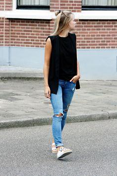 On the blog: Vanilla & Velvet. Wearing: black vest, destroyed jeans and white Arizona Birkenstocks