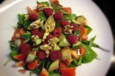 Dieser Salat mit Apfel-Himbeer-Dressing ist 100% Paleo und passt wunderbar zu Fisch und Fleisch. Für faule Menschen gibt es die Variante mit Smoothie aus dem Supermarkt.