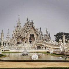 Pensa num lugar espetacular?  Esse é o Templo Branco! Um dos lugares mais incríveis da Tailândia e a principal atração de Chiang Rai, cidade que fica no norte do país. E como tal, é um lugar que vive lo-ta-do de turistas que chegam em (vários) ônibus de excursão!  Maaasss quer saber como fugir das multidões e pegar o Templo Branco assim, praticamente sem ninguém, como nessa foto?  Então, corre lá no post que saiu ontem com o roteiro da viagem que tem essa e vaaaaaarias outras dicas pra você…