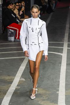 Off-White's Track Team Wins at Paris Fashion Week 2019 Printemps Street Style, Spring Street Style, Off White Dresses, White Outfits, Baggy Dresses, Yeezy, Mode Yoga, Off White Fashion, White Runway