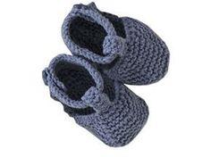 En attendant de porter des blue jeans, votre bébé pourra déjà en adopter le style avec ces petits chaussons. Présentés dans le numéro de mars 2010 d'Enfant magazine, ils sont tricotés au point mousse et fermés par un petit bouton.