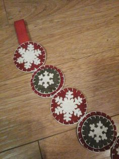 This is my favorite garland I have ever made. The colors are nice and rich. Made of wool felt blend, in beautiful green and barnyard red, with white snowflakes. I do make matching mats too, so please check out my other items. Measures approximately 26 inches long not including the