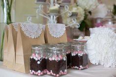 Decora sencillas bolsas de regalo con blondas / Decorate simple paper bags with doilies