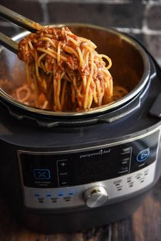 Pampered Chef Quick Cooker Spaghetti: you can have Italian night any night of the week with this easy classic spaghetti bolognese recipe in. Instant Pot Dinner Recipes, Easy Dinner Recipes, Dinner Ideas, Rock Crock Recipes, Sick Recipes, Chicken Recipes, Cheap Recipes, Camping Recipes, Pressure Cooker Spaghetti