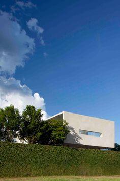 Osler House 01 850x1275 A Spacious Contemporary Home in Brasilia, Brazil
