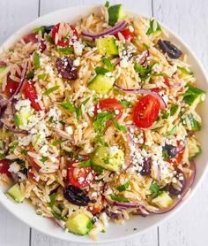 Greek orzo pasta salad with delicious vegetables and marinated in a lemony oregano vinaigrette #salad #pastasalad Greek Orzo Salad, Greek Pasta, Pasta Salad, Best Salad Recipes, Pasta Recipes, Vegetarian Recipes, Healthy Recipes, Healthy Salads, Recipes Dinner