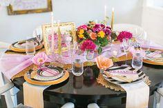 mesa posta glam em preto, rosa e dourado para jantar especial dia dos namorados.