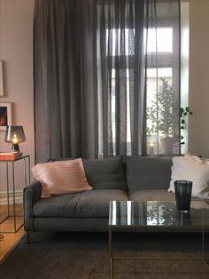 Gotain linnegardin i färgen Granit. Bilden är från Iittala Showroom i Stockholm där de valt att hänga gardinen i fingerkrokar i en gardinskena. Våden på bilden är 300cm bred, linnegardinerna säljs i både singelbredd (150cm) samt dubbelbredd (300cm)