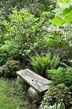 Vehreä ympäristö antaa tilaa ajatuksenjuoksulle, joten sovittele suosikkituolisi puutarhan seesteisimpään nurkkaukseen. Text Anna Aho, photo Annika Christensen viherpiha.fi