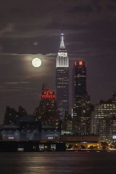 NYC from the NJ side! Nothing like full moon in NYC —-> 2013 Supermoon from New York City, USA (by Strykapose). Empire State Building, Beautiful World, Beautiful Places, Amazing Places, Beautiful Pictures, Stars Night, New York City, Photo New York, City That Never Sleeps