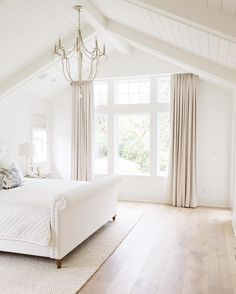 New 2017 Interior Design Tips & Ideas - All White Bedroom. All White Bedroom Paint Color. All White Bedroom Painted in Benjamin Moore Simply - Luxury Interior Design, Home Interior, Home Design, Design Ideas, Design Inspiration, Bedroom Inspiration, Design Trends, White House Interior, Contemporary Interior