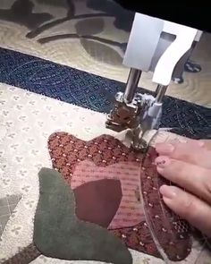 Truques e Dicas de Corte e Costura Muito Fácil de Fazer! Truques e Dicas de Corte e Costura Muito Fácil de Fazer! Quilting Rulers, Longarm Quilting, Free Motion Quilting, Quilting Tips, Quilting Tutorials, Quilting Designs, Sewing Tutorials, Machine Quilting Patterns, Quilt Patterns