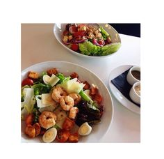 .Mix de salada com camarão + ovo de codorna + tomate cereja...