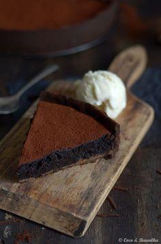 É uma tarte rica em sabores, húmida, intensa e de uma textura irresistível. Para ser saboreada com uma bola de gelado de nata e baunilha. Os aromas ficam mais apurados nos dias seguintes.