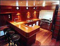 Gezellige bar aan boord van hotelschip de Poseidon