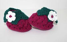 Diese schönen Babyschuhe sind für eine kleine Prinzessin. Sie wurden mit Liebe handgestrickt in den Farben pink und grün, verziehrt mit einer Häkelblume.