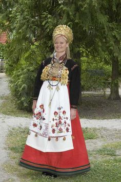 Digitalt Museum - En serie bilder av kvinne i brudedrakt fra Telemark.
