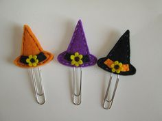 di TinyFeltHeart su Etsy Halloween Party Favors, Diy Halloween Decorations, Diy Shrink Plastic Jewelry, Felt Witch Hat, Paperclip Crafts, Felt Crafts Patterns, Felt Bookmark, Diy Bookmarks, Halloween Accessories