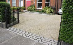 We love this combination of cobblestones and pebbles. The grey cobblestones and . - We love this combination of cobblestones and pebbles. The grey cobblestones and sandy pebbles tone - Pebble Driveway, Resin Driveway, Cobblestone Driveway, Diy Driveway, Driveway Paving, Brick Paving, Driveway Design, Driveway Entrance, Driveway Landscaping