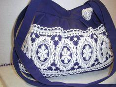 blaue stofftasche mit weißer  spitze