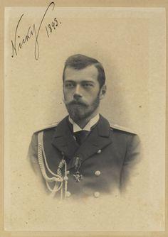 """Czarevich Nicholas, depois, Imperador Nicolau II. Ele está olhando um pouco para a esquerda e está vestindo uniforme naval. A fotografia é assinada e datada """"Nicky 1893 'no canto superior esquerdo."""