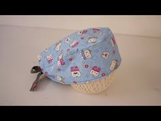 Touca ou gorro cirúrgico - YouTube Scrub Caps, Pattern Drafting, Diy Projects To Try, Sewing Tutorials, Fabric Crafts, Coin Purse, Stitch, Wallet, Crochet