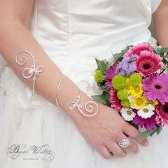 Grand bracelet mariage Exquise à enrouler autour du bras, en fil de cuivre argenté et perles de nacre ivoire.