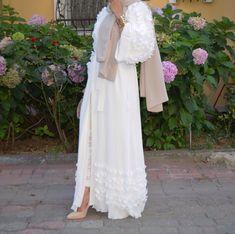 @rayhanafergani Islamic Fashion, Muslim Fashion, Modest Fashion, Abaya Mode, Mode Hijab, Abaya Designs, Hijabs, White Abaya, Hijab Stile