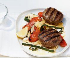 Gegrillte Rinderbulette//Hier kommt die klassische Frikadelle in mediterranem Gewand: Mit ein wenig Thymian und Parmesan bekommt die Hackmasse einen würzigen Dreh. Einige Spritzer Zitrone und Grillgemüse machen den Teller unwiderstehlich.
