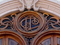 Cacería Tipográfica N° 168: Monograma CFJ tallado en madera en balcón de una casona en la calle La Merced, Centro Histórico de Arequipa.