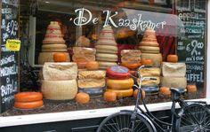 Vitrininde cesit cesit peynirleriyle geleneksel bir hollanda peynir dukkani. #amsterdam #cheese #peynir #kaas #shop #dukkan #winkel #turist #gezi #tatil #hollanda #yemek #yemeicme #yeme-icme #neyesek