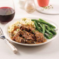 Pour un rôti de palette bien crémeux, voici une recette en 5 ingrédients, 15 minutes à base de crème de champignons. Un délice ! Pork Recipes, Slow Cooker Recipes, Yummy Recipes, Chop Suey, Lunches And Dinners, Crockpot, Bbq, Easy Meals, Yummy Food