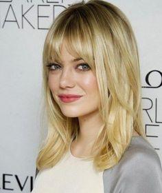 Taglio di capelli lunghezza media con frangia lunga sfilata
