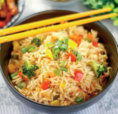 Broccoli Capsicum Pulao Recipe is a simple healthy and nutritious rice recipe that is has roasted Raisins and Cashew Nuts making it delici. Broccoli Indian Recipes, Indian Food Recipes, Healthy Recipes, Ethnic Recipes, Free Recipes, Vegetable Fried Rice, Fried Vegetables, Sushi Vegetariano, Matar Recipe
