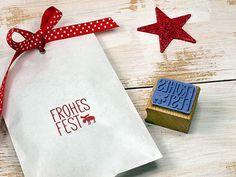 Stempel Frohes Fest mit Elchmotiv - für alles rund um Weihnachten und Avent. Vielseitg und grenzenlos verwendbar für Geschenkverpackung, Wichteltüten, Nikolaustüten, Weihnachtstüten, Tags, Adventskalender, Gutscheine, Weihnachtskarten, Aufkleber, Geschenkpapier, Christbaumanhänger.....  Die Druckfläche misst ca. 28 x 28 mm. Aus echtem Gummi - für einen sauberen und langlebigen Stempelabdruck. Handmontiert mit Schaumstoffpuffer, für ein gleichmäßiges Stempelbild.  Das Stempelholz ist aus…